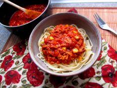 POTŘEBUJEŠ: (4 osoby) 1 kostku uzeného tempehu, 1 cibuli, 2 stroužky česneku, trochu mražené kukuřice, 1 strouhanou mrkev, 2 rajčata, 250ml kvalitního rajčatového pyré (ne kečup!) oregano, tymián, bazalku, pepř, sůl, lžičku mleté papriky, olivový olej POSTUP: na oleji zpěníme cibulku, když začne zlátnout přidáme na hrubo nastrouhaný tempeh, prolisovaný česnek, mrkev, na kostičky nakrájená rajčata a orestujeme. Potom přilijeme rajčatové pyré a trochu vody, osolíme, přisypeme kukuřici a podle… Tempeh, Ethnic Recipes, Food, Essen, Meals, Yemek, Eten