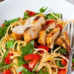 Schnell, herzhaft und verdammt gut - die Bruschetta Chicken Pasta werdet ihr lieben. Saftiges Balsamicohähnchen, geschmorte Tomaten, Ruccola und Spaghetti.