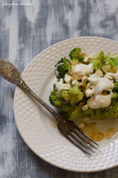Sałatka brokułowa z fetą w sosie czosnkowym