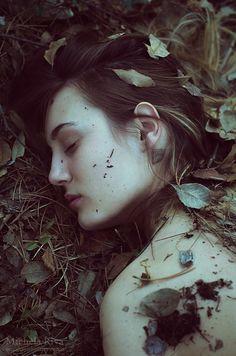 La scrittura è autoerotismo, vitale. Da quando l'ho capito non ho più smesso. Non so resistere agli inviti alla lettura ma, poiché non riesco a leggere tutto quello che voglio, finisco per accontentarmi. Leggo e poi mi esprimo. Non mi interessa l'approvazione, però quando manca del tutto si erge un muro, quello dell'incomunicabilità. Allora ho come l'impressione di essere invisibile, senza voce. Smetto di scrivere. I luoghi dove esprimersi vanno scelti con cura, alcuni vanno solo evitati.