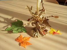 Vandaag zijn we aan de slag gegaan met onze herfstbomen, gemaakt van...papieren zakken van de groenteman! Ik vond de werkwijze op Pikadilly Charm. Je hebt nodig: - Bruine papieren zak (mag met opdr...