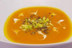Polévku můžete ozdobit gomasiem, sekaným pórkem či namalovat srdíčka rostlinnou smetanou