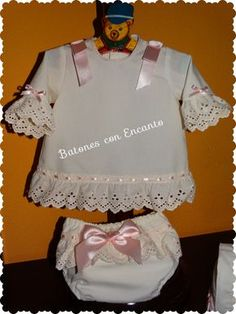 Buenas noches chicas... Hoy quiero enseñaros un conjuntito que he hecho para una preciosa bebé, está compuesto de una camisita, con braguit...