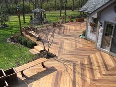 Der er farveforskelle plankerne imellem. Hver enkel træsort har sine egne nuancer som der changeres imellem. Træ er et naturmateriale og farverne kan ikke forventes at være ens for alle planker.