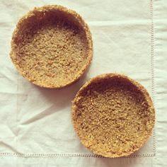 Des fonds à tartelettes réalisées uniquement avec du quinoa & de l'oeuf - sans farine, sans sucre & sans matière grasse.Délicatement parfumées aux épices douces & légèrement sucrées à la stévia. Sans gluten Ingrédients pour 2 moules à manquer deØ 10 cm 60 g de quinoa- poids cru 10 g de stévia en poudre 1 blanc d'oeuf vanille moulue cannelle moulue Préparation Préchauffer le four à 180°C. Recouvrir le fond des moules de papier sulfurisé. Rincer les graines de quinoa. Placer dans une… Dessert Sans Lactose, Quiche, Quinoa Bowl, Biscuit Cookies, Fodmap, Stevia, Cooking Time, Spoon