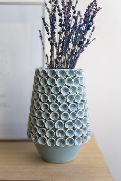 Jarrón de cerámica esmaltada hecho  a mano. #rderoom #vase #pot #macetero #handmade #azul #lavanda #lavender Vase, Plants, Home Decor, Enamels, Pottery Vase, Making A Difference, Lavender, Vases, Blue Nails