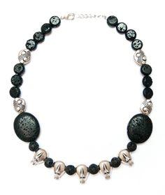 CC1207 - 15€  Un collar con piedra volcánica negra y colgantes de cabezas indígenas ¡muy original!
