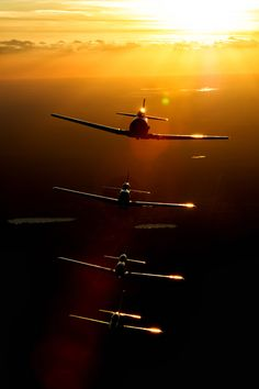 """P-51 Mustangs en formation (via 500px / Photo """"Stacked up at sunset"""" by Tony Granata)"""