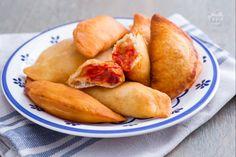 I panzerotti, o calzoni, fritti sono tipici della cucina pugliese, pasta lievitata farcita con mozzarella e pomodoro e infine fritta! Buonissimi! Italian Street Food, Frittata, Pretzel Bites, Biscotti, Pasta Recipes, Sweet Potato, Pizza, Potatoes, Tasty