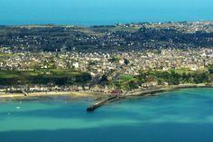 La ville de Cancale -----  en Bretagne, cette ville charmante est sur la Côte d'Émeraude.