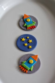 Fondant Rocket, Stars and Planet Cake Decorations for a Space Party Birthday… Space Cupcakes, Cupcakes For Boys, Fondant Figures, Fondant Cupcake Toppers, Cupcake Cookies, Cake Pops, Rocket Cake, Planet Cake, Festa Toy Story
