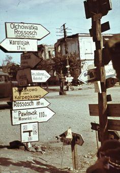 Немецкие дорожные указатели на перекрестке улиц К. Маркса и Медведовского в оккупированном Острогожске [1]