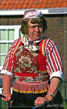 HOLLAND MEMORIES : Woman in traditional costume / Frau in traditioneller Tracht by klausdgrio, via Flickr #NoordHolland #Marken