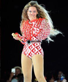 Deixando para Alessandro Michele e seu time a responsabilidade do bodysuit da Queen B. Que foi harmonizado com um casaquinho de pele de vison vermelho com estampas geométricas, em colaboração com o artista GucciGhost