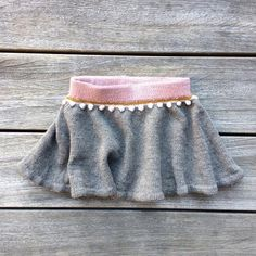 Bead-at-a-string-skirt, The skirt is knitted around from top to bottom in 4 colors. use residual yarn for colors 2 and A waistband is made in which an. Diy Tv, Knitting For Kids, Baby Knitting, Little People, Skort, Boho Shorts, Winter Outfits, Knit Crochet, Gym Shorts Womens