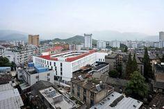 Dans la ville de Tiantai, province du Zhejiang en Chine, les autorité ont fait construire une piste d'athlétisme sur le toit de l'école par manque de place