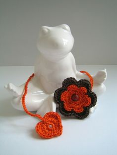 Lesezeichen Blume & Herz orange & taupe von NettiStrick auf DaWanda.com