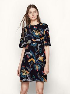 Robe fluide à imprimé baroque RIMBAUD. Confectionnée dans une étoffe fluide, la robe se pare d'un sublime imprimé baroque à motif floral. Elle est dotée: d'une encolure arrondie et de manches mi-longues. La pièce se ferme à l'aide d'un zip invisible au dos. Mariez-la à une paire de bottines à talons pour un style chic et tendance! Le mannequin mesure 174cm et porte cet article en T1.
