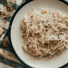 Ζυμαρικά με λαχταριστή σάλτσα κρασιού -Πανεύκολη συνταγή με μόλις 5 υλικά   BOVARY Chicken Alfredo, Alfredo Sauce, Parmesan, Tuscan Chicken, Delicious Restaurant, Create A Recipe, Pasta Noodles, Vegetarian Cheese, Coconut Flakes