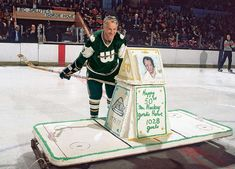 Rare photos of the late Gordie Howe by Sports Illustrated. Hockey Pictures, Sports Pictures, Hartford Whalers, Hockey Boards, Hockey Rules, Detroit Red Wings, Hockey Players, 50th Birthday, Birthday Cake