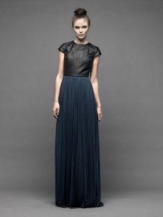 Vestido de fiesta largo con falda en color azul marino y top de piel en tono negro con mangas cortas - Foto Catherine Deane