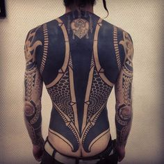 Astonishing mixture of heavily blackwork and honeycombed patterning by Gerhard Wiesbeck (IG—gerhardwiesbeck). Full Back Tattoos, Full Body Tattoo, Body Art Tattoos, Tribal Tattoos, Girl Tattoos, Tattoos For Guys, Sleeve Tattoos, Tatoos, Blackout Tattoo