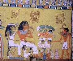a la derecha del nicho, bajo un friso Jeker, vemos a Amenemhat con su primera esposa Satamon, a su hijo Sennefer que presenta a sus padres las ofrendas apiladas sobre la mesa. Bajo los asientos vemos arrodillada a la hija de Amenemhat y su primera esposa llamada tb Nubneferet y el material de maquillaje, el espejo hathorico y el recipiente de khol.