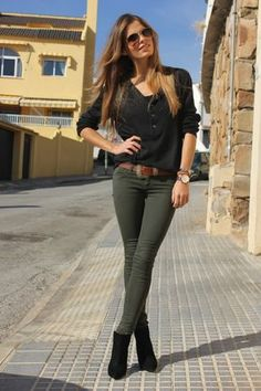 Take a look at the best what to wear with skinny khaki jeans in the photos below and get ideas for your outfits! If you're looking for a smart/casual way to wear Timberland boots, Vanessa Ciliberto is showing you the… Continue Reading → Jean Outfits, Fall Outfits, Casual Outfits, Cute Outfits, Colored Jeans Outfits, Basic Outfits, Fashion Mode, Look Fashion, Fashion Outfits