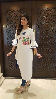 A sweet yet trendy outfit in white linen, sporting a cute hand painted motif.The asymmetrical hemline and smart bell sleeves add a touch of trendy elegance. Kurti Sleeves Design, Sleeves Designs For Dresses, Dress Neck Designs, Sleeve Designs, Blouse Designs, Kurti Patterns, Dress Patterns, Christian Dior, Kurta Designs Women