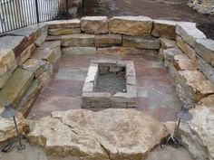 Natural stone wall and square fire pit. Sunken Patio, Sunken Fire Pits, Flagstone Patio, Stone Fire Pit Kit, Fire Pit Area, Fire Pit Backyard, Fire Pit Drainage, Fire Pit Dimensions, Square Fire Pit