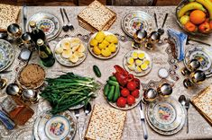 A Passover Seder table. During Passover, Jews avoid leavened bread. But whether legumes, corn and rice are OK has long been a point of contention among Jews of European and Middle Eastern ancestry. Now, rabbis have weighed in. Passover Wishes, Passover Meal, Seder Meal, Happy Passover Images, Spinach Ricotta Pie, Jewish Recipes, Vegetarian Options, Partys, Brisket