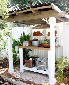 Backyard The Decorated House: ~ Potting Bench ~ Garden Shed ~ Create & Recycle Variety And Care Of F Station D'empotage, Potting Station, Outdoor Projects, Garden Projects, Potting Tables, Outdoor Potting Bench, Outdoor Benches, Pallet Benches, Outdoor Pallet