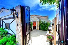 Villa Paradiso - A Glimpse Behind the Private Gate of the Luxury Beachfront Estate in La Jolla, California Photo credit: Kris Cyganiak / The Pinnacle List #UniqueSanDiego