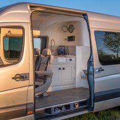 Ein gewöhnlicher Van wird zum mobilen Zuhause auf Rädern