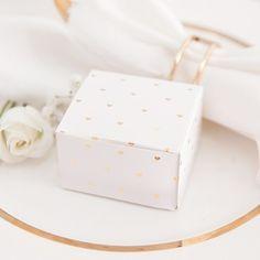 Urocze pudełeczka w drobne metalizowane serduszka to piękny prezencik dla gości - migdałki lub czekoladki umieszczone w środku będą słodkim upominkiem i podziękowaniem za przybycie na Waszą uroczystość #kolekcjaslubna #slub #wesele #dekoracjeweselne #dekoracjeslubne Decorative Boxes, Container, Gift Wrapping, Gifts, Gift Wrapping Paper, Presents, Wrapping Gifts, Favors, Gift Packaging