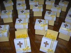 Excelentes cajas de madera fibrofacil, medida 6x6x6, con inicial en sobrerelieve en madera cortada a laser, cintas de organza al tono de la base.  Podes elegir el color, Hay cajas de diferentes tamaños, 6x6x6 / 8x8x8 / 8x8x4 con tapa zapato  Trabajamos con deposito bancario, transferencia bancari... Candy Crafts, Paper Crafts, Communion Decorations, First Communion Favors, Small Gift Boxes, Ideas Para Fiestas, Event Decor, Christening, Party Themes