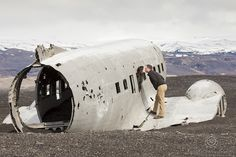 CLICK THIS PIN to see more romantic Honeymoon in Iceland photos. Honeymoon Photography, honeymoon in Iceland, vacation in Iceland, Iceland couples photos Vik beach crashed plane iceland