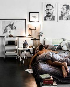 chambre design avec des multiples tableaux hommes et cheval lit bas avec des coussins rectangulaires et ronds à motifs modernes