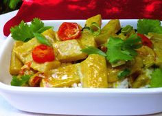 Kedlubny oloupeme a nakrájíme z nich menší hranolky. V pánvi rozehřejeme máslo, přidáme kedlubnové hranolky, pokrájené bílé části cibulek,... Thai Red Curry, Sushi, Vegan, Chicken, Ethnic Recipes, Food, Essen, Meals, Vegans