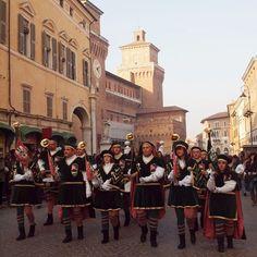 Ferrara. Il Rione Mota sfila in centro storico.