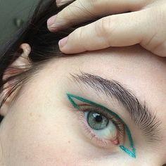 make-up emerald green eye makeup face makeup green eyeliner Makeup Goals, Makeup Inspo, Makeup Art, Makeup Inspiration, Makeup Tips, Hair Makeup, Makeup Eyebrows, Eyebrow Makeup, Bb Beauty