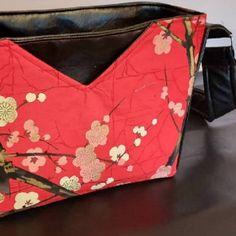 Sac Mambo en simili noir et coton japonais cousu par Alexia - Patron Sacôtin