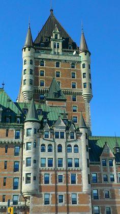 Le Château Frontenac de Québec, un célèbre hôtel de Québec situé dans le Vieux-Québec surplombant le fleuve Saint-Laurent depuis la terrasse Dufferin. Le Château Frontenac nommé ainsi en l'honneur de Louis de Buade, comte de Frontenac, qui fut gouverneur de Nouvelle-France de 1672 à 1682 et de 1689 à 1698