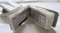 Je suis artiste plasticienne , je travaille depuis pas mal d'années , entres autres domaines,sur le livre unique...j'ai commençé en 2012 une série de livres liés à la couleur.. ... 5 à 10 livres par couleur! le gris est fait ...