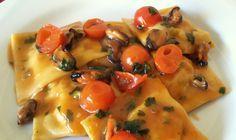 Questi ravioli con ripieno di patate e gamberoni e conditi con un sugo di cozze e pomodorini, sono un primo piatto eccezionale, saporito e ricco di guso