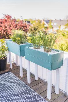 Anleitung für einfache, selbst gebaute upcycling Pflanzkübel aus Holzresten als Sichtschutz für den Balkon mit Gräsern bepflanzt