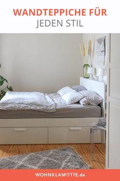 Mit Wandteppichen kann man jede Wand einfach dekorieren. Die kleinen Teppiche bringen ähnlich wie Makramees viel wärme in den Raum. Besonders im Wohnzimmer oder über dem Bett ist der Wandteppich ein schönes Element zur Wanddekoration. Boho Stil, Diy, Furniture, Home Decor, Tapestry, Small Tapestry, Small Area Rugs, Wall Decorations, Room Wall Decor