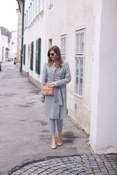 Streetstyle Herbst Outfit mit Mantel, Trenchcoat, Jeans und Sling-Pumps
