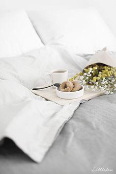 Littlefew Blog // Details in my bedroom.  Nordic inspiration, Decoración, Funda nórdica Ikea, Desayuno, Cozy bedroom, white and grey, neutral decoration, home details, decorar un dormitorio pequeño, small bedroom, Nordic Style, Nordic Decor, Desayuno romántico, Bed, Coffe moring, breakfast.