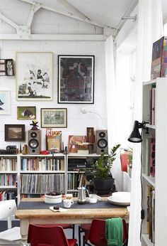 BILLY bookcase £20 80x28, H106cm. White. 636.883.10